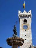 Fuente histórica en el cuadrado de la catedral de Trento Imagenes de archivo