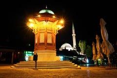Fuente histórica en Sarajevo - escena de la noche Imagen de archivo