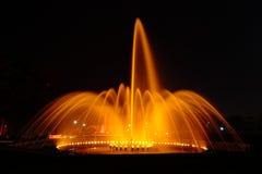 Fuente iluminada en la noche Imagenes de archivo