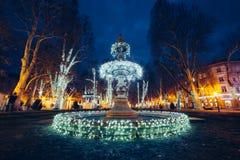 Fuente iluminada en Zrinjevac Zagreb, Croacia, la Navidad m Imágenes de archivo libres de regalías