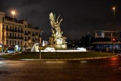 Fuente la gloria, noche del centro de ciudad de Madrid, España Imagen de archivo libre de regalías