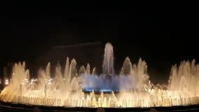 Fuente mágica en Barcelona en la noche almacen de video
