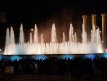 Fuente mágica - un definido debe si usted visita Barcelona foto de archivo