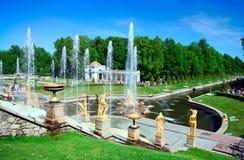 Fuente magnífica en Petergof, Rusia de la cascada imagen de archivo