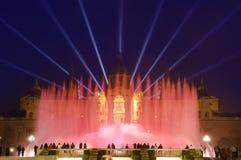 Fuente mágica de Night In Barcelona, España Imagen de archivo libre de regalías