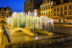 Fuente moderna, vieja plaza del mercado en Wroclaw Foto de archivo libre de regalías