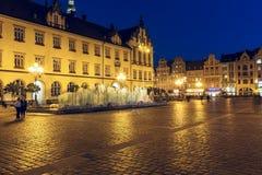 Fuente moderna, vieja plaza del mercado en Wroclaw Fotos de archivo libres de regalías