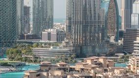Fuente musical famosa en Dubai con los rascacielos en el timelapse aéreo del fondo almacen de video