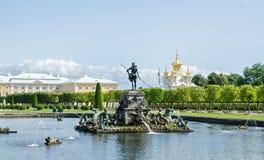 Fuente Neptuno de Peterhof Imagenes de archivo
