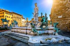 Fuente Neptuno en el della Signoria de la plaza en Florencia imagenes de archivo