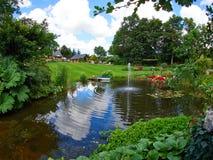 Fuente ornamental de la charca y de agua en un jardín Foto de archivo libre de regalías
