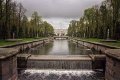 Fuente real en el palacio de Peterhof, St Petersburg fotografía de archivo