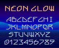 Fuente retra de neón o del laser del juego que brilla intensamente compuesto tipo con las letras y los dígitos stock de ilustración