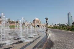 Fuente sobre palacio de los emiratos en Abu Dhabi Fotografía de archivo libre de regalías