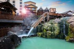 Fuente termal de Yubatake en la ciudad de Kusatsu Onsen en Gunma, Japón foto de archivo libre de regalías