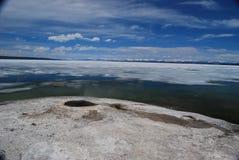 Fuente termal geotérmica en el borde del lago Yellowstone Imagenes de archivo