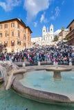 Fuente, turistas en pasos españoles e iglesia Fotografía de archivo
