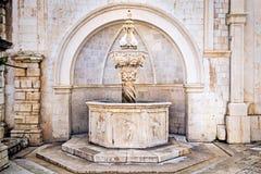 Fuente vieja del renacimiento dentro de la ciudad vieja Dubrovnik. Foto de archivo