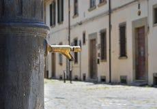 Fuente vieja en el centro histórico de Arezzo fotos de archivo
