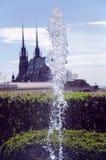 Fuente viva delante de una catedral gótica Imagen de archivo