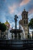 Fuente y catedral de Puebla - Puebla, México imagenes de archivo