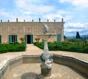 Fuente y edificio Imagenes de archivo