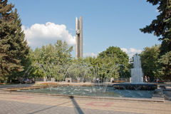 Fuente y el obelisco foto de archivo