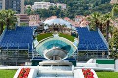 Fuente y espejo cerca del casino magnífico de Monte Carlo foto de archivo