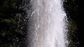 Fuente y espray del agua en la cámara lenta metrajes