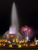 Fuente y fuegos artificiales famosos de Chicago Imagenes de archivo