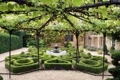 Fuente y jardín del castillo de Sudeley en Winchcombe, Inglaterra fotografía de archivo