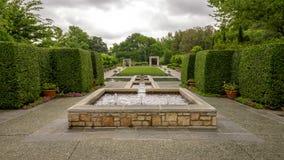Fuente y jardín titulados 'el jardín de una mujer 'en Dallas Arboretum y el jardín botánico fotos de archivo libres de regalías