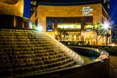 Fuente y John Hopkins Carey Business School en la noche adentro Imagenes de archivo