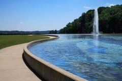 Fuente y piscina de reflejo fotos de archivo