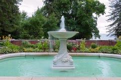 Fuente y piscina en jardín Imagenes de archivo