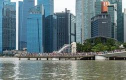 Fuente y rascacielos de Merlion en la ciudad céntrica de Singapur Imágenes de archivo libres de regalías