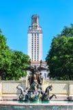 Fuente y torre de UT en la universidad de Texas College Campus Imágenes de archivo libres de regalías