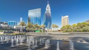 Fuentes cerca de la entrada principal al hyperlapse más alto del timelapse del rascacielos, Dubai almacen de video