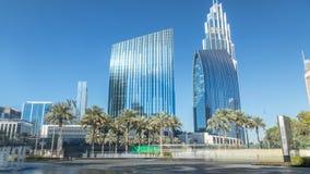 Fuentes cerca de la entrada principal al timelapse más alto del rascacielos, Dubai almacen de metraje de vídeo