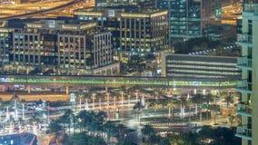 Fuentes cerca de la entrada principal al timelapse más alto de la noche del rascacielos, Dubai metrajes
