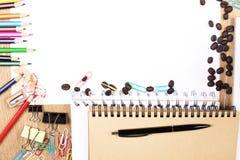 Fuentes coloridas y papel en blanco Fotos de archivo