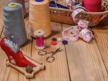 Fuentes de costura en la tabla Imagen de archivo libre de regalías