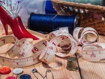 Fuentes de costura en la tabla Foto de archivo libre de regalías