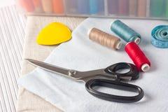 Fuentes de costura - tijeras, cuerda de rosca en tela Imagen de archivo libre de regalías
