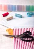 Fuentes de costura - tijeras, cuerda de rosca en tela Fotografía de archivo libre de regalías