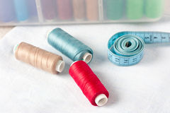 Fuentes de costura - tijeras, cuerda de rosca en tela Foto de archivo