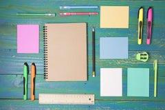 Fuentes de dirección de la escuela en el escritorio de la tabla Foto de archivo
