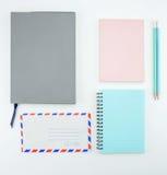 fuentes de escuela, accesorios de los efectos de escritorio en el fondo blanco Imágenes de archivo libres de regalías