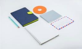 fuentes de escuela, accesorios de los efectos de escritorio en el fondo blanco Foto de archivo