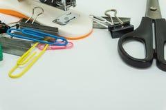 fuentes de escuela, accesorios de los efectos de escritorio en el fondo blanco Endecha plana, visión superior Imagen de archivo